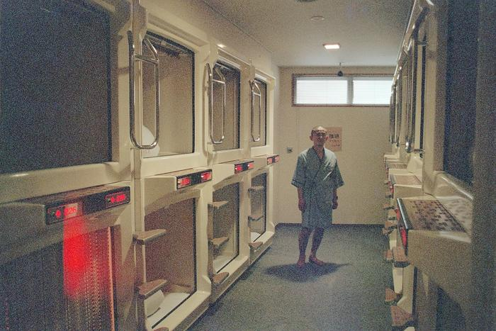 http://kugelfisch.schucan.com/picture/Japan/Nagasaki-capsule_hotel-Gakudo.jpg